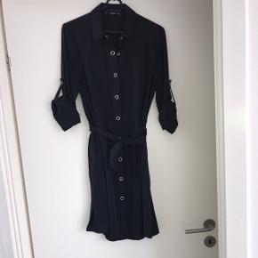 Skjortekjole fra mango. Brugt 2 gange. Den er støvet blå i farven. Bud er velkomne. Hvis den skal sendes betaler køber selv fragt.