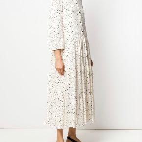 Lang kjole med polkaprikker fra Baum Und Pferdgarten med et prikmønster, en rund hals, lange ærmer, en shift-silhuet og en knaplukning foran.  Viskose 100%,