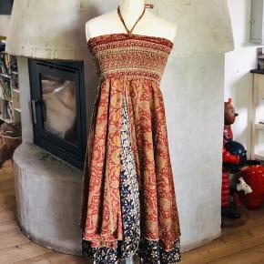 Smuk unika kjole i 70 % silke og 30 %  viskose - Der kan forekomme fejl i trykket Kan også bruges som nederdel