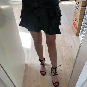 Sælger min flotte læder nederdel