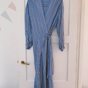 Fin slå-om kjole fra H&M   Stortset ikke brugt.   Hentes i Gentofte eller sendes på købers regning. 🌸