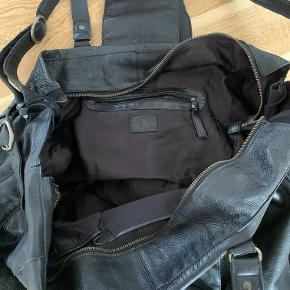 Sort læder weekendtaske med stort rum og lille indvendigt rum - begge med lynlås lukning. Tasken har både skulderstrop og crossbody funktion  Mål: D20 x L55 x H35cm