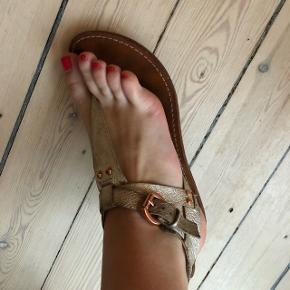 En virkelig flot sandal! Sidder så godt på foden! På indersiden af den ene sandal, er der smittet noget farve af, men ses ikke på. Ny pris omkring de 2500,-