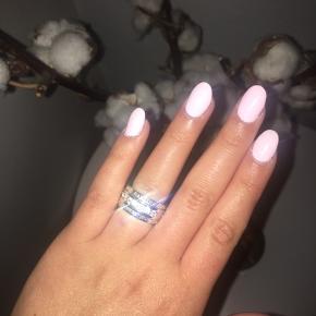 Sælger denne meget flotte ring, da den desværre er for lille. Den er brugt meget få gange og er købt her på Tradono af en anden sælger. Den har ingen slid tegn. Str. l/51  Købt af tidligere sælger til 225 kr. plus fragt MP: 200kr plus fragt, da jeg kun har prøvet den på, men overhovedet ikke brugt.