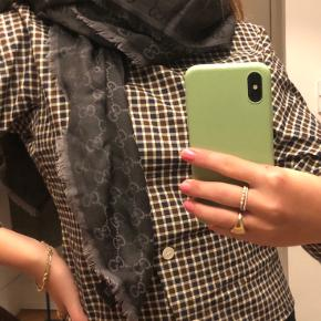 Super velholdt Gucci tørklæde i mørkegrå med logo print. 140 cm x 140 cm