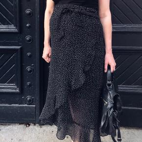 H&M Mama nederdel med fastsyet slå-om effekt.   Næsten som ny, da den er for stor.   Str. 44.  Sælges for 150kr. + porto 35kr.   Bytter ikke, og har ikke mulighed for at mødes.