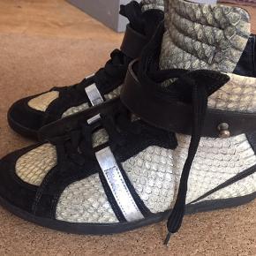 Str. 37,5 = 24,3 cm  Jeg bruger som regel str. 38 i andre sko og disse passer mig godt. Brugt lidt, de er i god stand men har få brugsspor, se billeder. Pris 800,- plus fragt