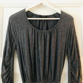 Kjole i lækker kvalitet - brugt meget få gange. Perfekt til efteråret.