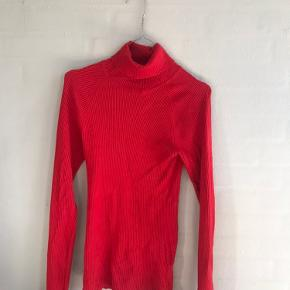 Flot rød rullekrave fra gina tricot. Fitter small/medium 🌞