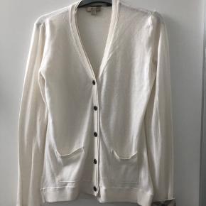 Sælger denne fine cardigan fra Burberry i den lækre tynde uld og de klaske tern på opslag. Brugt ganske lidt.