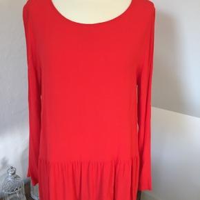 Smukkeste røde farve  Brystvidde 2 x 52 cm.  Brugt få gange - ingen brugsspor.  Lækker 100 % Viscose