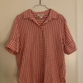Jeg sælger denne ternet t-shirt skjorte fra H&M.  Den er i super fin stand, og ikke brugt særlig meget.