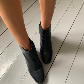 Boots købt i Paris fra mærke André. Perfekt til at have dem på arbejde eller på tur i Paris :))