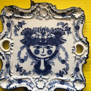 Smukkeste fad med smukke detaljer og en flot kongeblå farve. Fremstillet i Japan, som der står på bagsiden af fadet 😊 Der er ingen skår eller anden tegn på brug.  Længde: 20 cm Bredde: cirka 22 cm