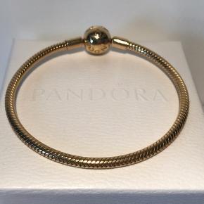 Pandora 18k guldbelagt moments armbånd. 17 cm. Kan bruges med Pandora charms, men står også virkelig flot i sig selv. Desværre kun blevet brugt meget få gange ✨  Tjek min profil for flere Pandora smykker og charms i sølv, shine og rose 💍  Æsken medfølger ikke.