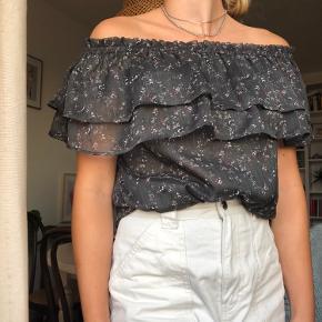 Neo Noir off shoulder top, grå m. Blomster.  Str. M Model: Sahara
