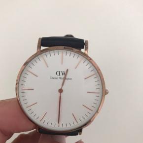 40 mm urskive. Brugstegn på remmen og uret skal have nyt batteri - ellers i pæn stand.