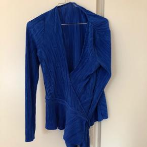 Smukkeste og lækreste wrap bluse. Justerbar så kan passes af de fleste