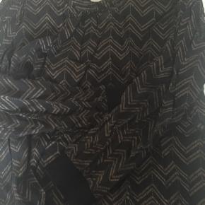Fin bluse - knappes i nakken