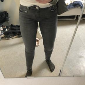 Elastiske jeans fra zara, str 38 tror jeg. De passer i hvert fald en 36. Aldrig brugt