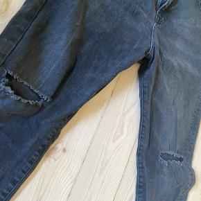 ZARA jeans størrelse W36 /L32  Brugt, men fremstår stadig pæne. En lille syningsfejl ved lynlås. Har dog ingen betydning når de er på