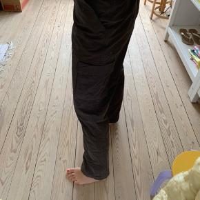 Ikke brugt, god stand🤎 fitter en m pige vil jeg mene💛 jeg er en xs i bukser så i kan se det sidste billede for hvordan de fitter