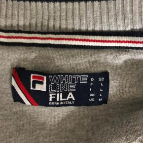 Sælger denne Fila trøje i str L  Har været rigtig glad for den, men bruger den ikke så meget mere. Den er lidt oversize:)  Som i kan se er der kommet en lille plet på, men ikke noget man lægger mærke til BYD