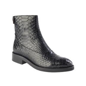 Lækreste støvle i slangeskindsmønster.  Lynlås bagpå. Blankt skind.  Aldrig brugt - original kasse.   Jeg bytter ikke 😊