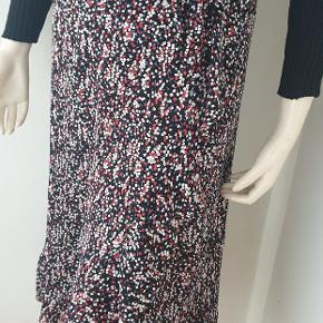 Boii studios wrap maxi nederdel med hvide/røde blomster st.M brugt få gange  #30dayssellout