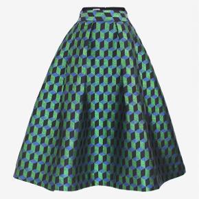 Skøn nederdel fra Baum und Pferdgarten impulskøb, ikke brugt.  99,55% polyester 0,45% metalliske fibre Underskirt: 100% viskose