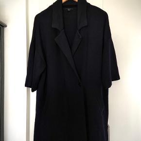 Den flotteste OVERSIZE cardigan/ med blazer revers i 100 uld ( der ikke kradser ). den kostede en formue da jeg købte den for år tilbage, men idag kan man stor set ikke se at den overhovedet er blevet brugt. Kvalitetskøb. Det er en str xs men jeg er selv en str s / m og sys den har siddet pænt  og oversize på mig 👍