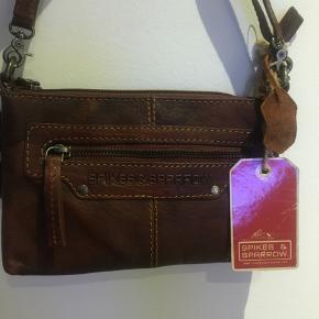 Spikes & Sparrow taske, lækker kerne læder. Aldrig brugt. Ny pris i dag 699 Den har kort og lang hank.