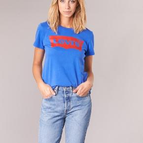 Levi's t-shirt i blå, aldrig brugt da den er lidt for stor. *Sender ikke, men køber må gerne hente i København*