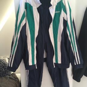 Vintage Adidas tracksuit! Købt for små 50 euro i en tysk genbrugsbutik. Fremstår uden bemærkelsesværdige tegn på brug.  Det eneste jeg kan påpege er, at buksebenene kan være lidt tricky at få benene igennem.  Sidder super komfortabelt, og er ideelt til hvis man f.eks skal fyre et solidt 80'er outfit til et arrangement!