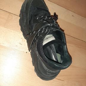 Tonsure sneakers