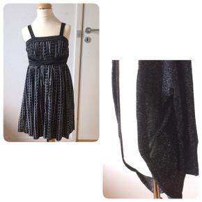 Sælger denne søde kjole med en sjælevarmer og er par strømpebukser. Det er str. 140(10 år) Kjolen og sjælevarmeren er fra D-xel og strømpebukserne er fra Mala. Er som nyt, kommer fra et ikke ryger hjem. Sender gerne mod betaling