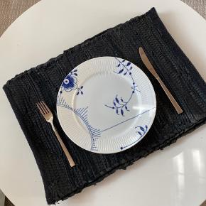 Lækre dækkeservietter i vævet læder. Brugt få gange. Fire stk sælges samlet.