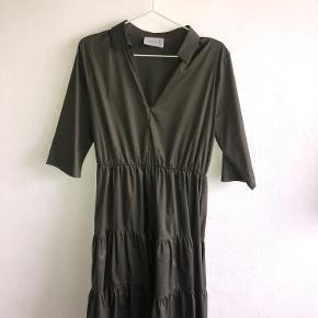 Flot kjole fra Neo Noir i army grøn - str. M, men passes både af str. S og M.