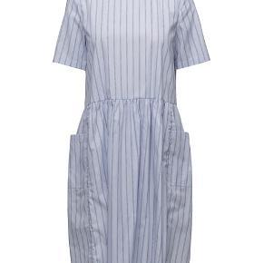 Smuk blåstribet kjole i 100% bomuld.