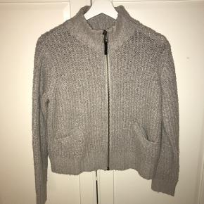Sælger denne trøje med lynlås fra Topshop.