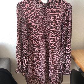 Ganni kjole, kun prøvet på og fik klippet mærket af, men har stadigvæk mærket. Sælges da den er for lille i brystet
