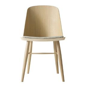 2 Synnes chair fra Menu - 3000kr pr. Stk for ny. Er i lys Eg med stof. Sælger for 2000 kr. Pr. Stk.