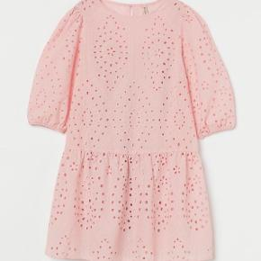 Sælger denne super søde rosa kjole broderi anglais!  Den er med underkjole og kun brugt 1 gang.  Str svare mest til en XXL