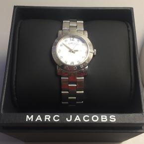 Hejsa! Jeg sælger mit Marc Jacobs ur da jeg aldrig får det brugt, næsten som nyt i original æske og med ekstra led. Der hvor det lukkes er lidt stramt men kan sagtens åbnes og lukkes. Det koster 1600,- fra nyt, så BYD endelig!