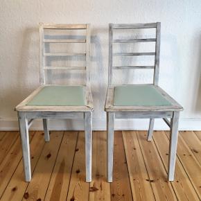 2 stk. fine gamle hvide træstole sælges. De har fået nyt stof på sæderne i mintgrøn farve.Mål: Højde 86 cm.  Bredde på sæde hvor det er bredest 41 cm.- hvor det er smallest- 34 cm.  Sidde højde 47 cm.  Pris: 350,-kr. for begge to. Sælges kun samlet. Er til afhentning.  Se også mine mange andre ting og sager😊- klik på mit navn for at se alle mine ting.