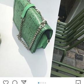 Smukkeste taske. Aldrig brugt. Måler 24,8x17 cm