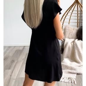 Helt ubrugt ny med pris mærke super smuk VILA kjole. Sælges kun fordi den er købt i forkert str. Nu kun 215,- ved køb nu slå til pris .