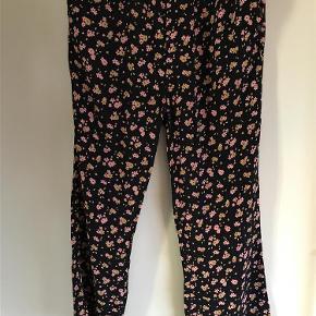Varetype: bukser Farve: Blå Oprindelig købspris: 600 kr.  Nümph bukserne har elastik i taljen og lommer i siden.   Aldrig brugt 1 så fremstår som nye   Skridt længde ca: målt indevendig ca. 71 cm   BYTTER IKKE