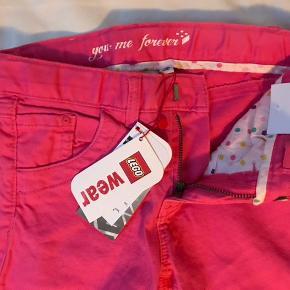 Nye flotte pink bukser som min datter ikke fik brugt - stadig med mærke. Str 128.  Mp 175pp