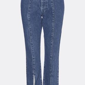 PRODUCT INFORMATION  Ankellang denimbuks med vidde forneden. Buksen er med knap -og lynlåslukning.  Cool high waist jeans med lækre detaljer.     100% bomuld - UDEN strech  100% cotton Button fly High-waisted